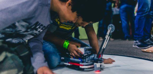 Escola de robótica Manaós Tech oferece cursos gratuitos em troca de solidariedade